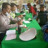 Petugas Satlantas Polres Banyuwangi dan Dishub Jatim saat melakukan tindakan berupa tilang kepada para pelanggar.