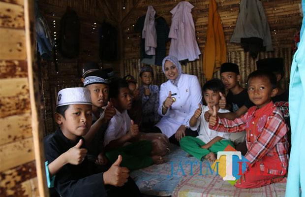 Bupati Jember dr Hj Faida MMR saat mengunjungi salah satu pondok pesantren di Jember beberapa waktu yang lalu. (foto : dr. Faida for Jatimtimes)