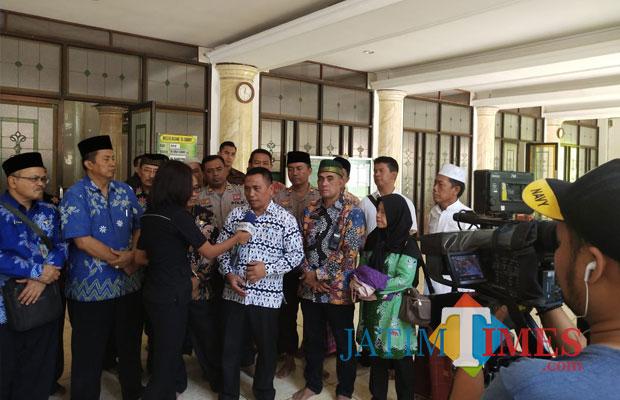 Wabup (batik putih) saat dimintai komentar wartawan usai melaksanakan doa bersama di Masjid Al Abror Situbondo. (Foto Heru Hartanto/Situbondo TIMES)