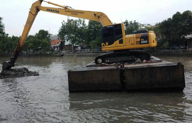 Alat berat milik Pemkot Surabaya saat melakukan pengerukan.