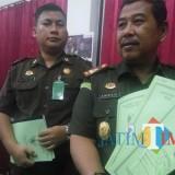 Kajari Kota Malang Amran Lakoni SH MH (kanan) saat menunjukkan sertifikat yang dikembalikan istri tersangka. (Anggara Sudiongko/MalangTIMES)
