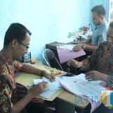 Petugas Dispendukcapil Pemkab Blitar melayani pemohon legalisir di loket baru.(Foto : Aunur Rofiq/BlitarTIMES)