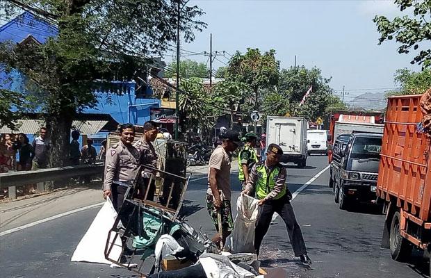 Kondisi korban sesaat setelah terjadinya kecelakaan di Gondang. / Foto : Dokpol / Tulungagung TIMES