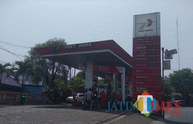 Warga Kota Malang tengah membeli BBM jenis pertalite di SPBU Brantas. (Foto: Nurlayla Ratri/MalangTIMES)