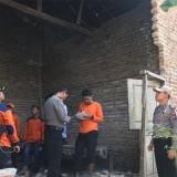 Kapolsek Tempurejo AKP. Hartanto bersama anggota dan BPBD saat mengecek kondisi rumah warganya yang temboknya jebol akibat gempa. (foto : istimewa / Jatim TIMES)