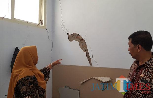 Salah satu sekolah yang gedungnya retak akibat gempa bumi. (Foto Heru Hartanto Situbondo TIMES)