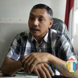 Komisioner KPU Kota Malang Ashari Husen saat ditemui di ruang kerjanya. (Foto: Nurlayla Ratri/MalangTIMES)