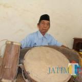 Penerus terakhir kesenian kentrung Jatimenok saat memainkan alat musik tradisonal dari Jatimenok. (Foto : Adi Rosul / JombangTIMES)
