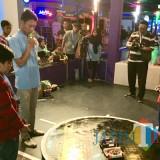 Dua peserta saat menjalankan robot sumi dalam perlombaan WIRC Robor Challenge di Fun Tech Plaza Jatim Park 3, Sabtu (13/10/2018). (Foto: Irsya Richa/BatuTIMES)