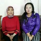 Nanik Lestarini Rahayu (baju merah berkerudung) saat mendatangi kantor media ini dengan keponakannya yang bernama Linda serta menunjukkan lokasi tanah kaplin g di Desa Pendarungan