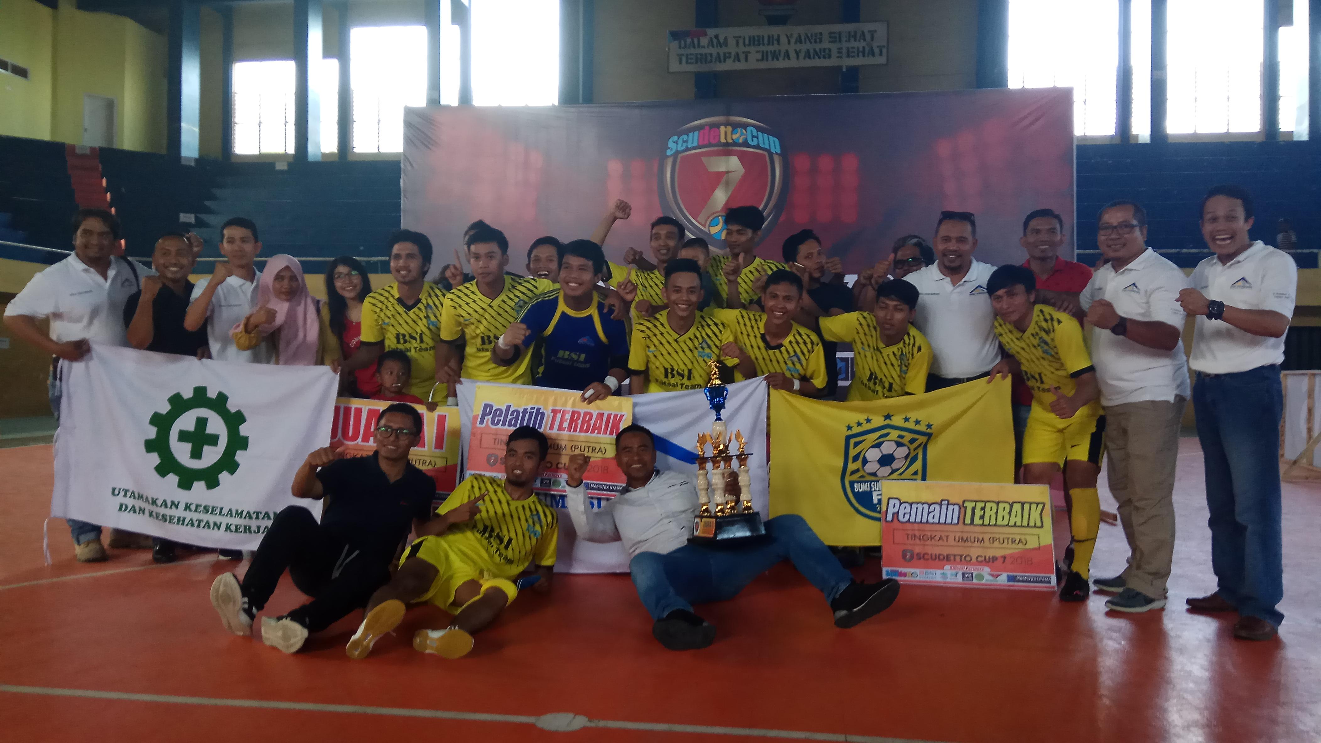 Para pemain tim BSI FC berfoto bersama usai meraih juara I pada Scudetto Cup 7