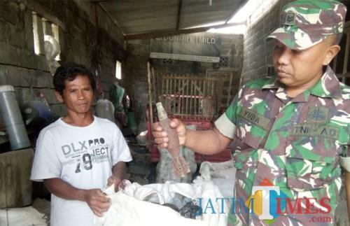 Anggota TNI dari Koramil 0808/02 Garum mengamankan granat aktif yang ditemukan Priyo. (Foto : Team  BlitarTIMES)