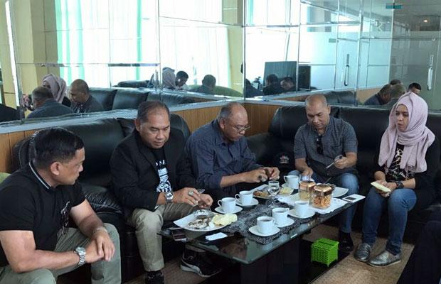 Bupati Malang Dr H Rendra Kresna (dua dari kanan) saat hendak bertolak ke Jakarta di Bandara Abdulrachman Saleh. (Istimewa)