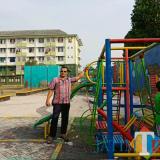 Plt Kepala UPT Rusunawa Takroni Akbar saat berada di taman bermain  yang sudah selesai dibangun di Rusunawa Dua. (UPT Rusunawa)