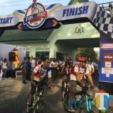Ribuan peserta Fun Bike Indomaret 2018 tampak bersemangat saat mengayuh sepeda. (Foto : Ashaq Lupito/MalangTIMES)