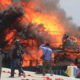 Suasana saat kapal terbakar di dermaga Pelabuhan Perikanan Mayangan (PPM) Kota Probolinggo (Agus Salam/Jatim TIMES)