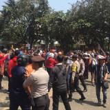 Polisi terlihat berjaga mengantisipasi kerusuhan yang semakin parah. (Ist)