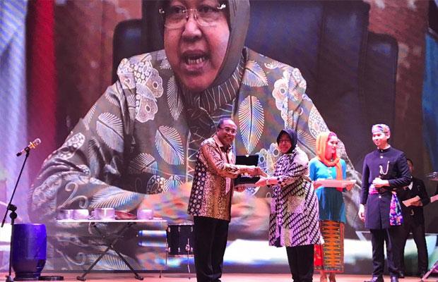 Wali Kota Risma saat menerima penghargaan.