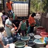 Petugas gabungan saat memberi pasokan air bersih di Desa Sumberoto dan Purwodadi, Kecamatan Donomulyo (Foto : PMI Kabupaten Malang for MalangTIMES)