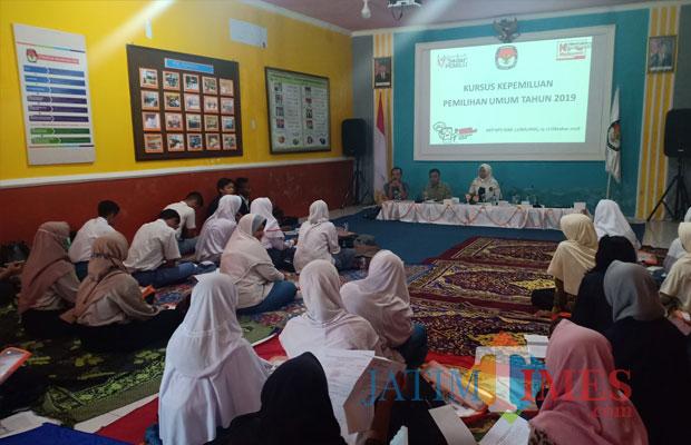 Kursus kepemiluan dengan mengundang sejumlah pelajar dan mahasiswa. (Foto: Pawitra/JatimTIMES)