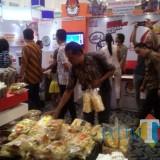 Stan IKM milik Pemkab Blitar jadi favorit dikunjungi pengunjung Jatim Fair 2018.(Foto : Team BlitarTIMES)
