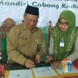 Eny Fitria Ridwan Kepala cabang Syariah Mandiri (kanan) melakukan penandatanganan kerjasama dengan Kemenag Kabupaten Kediri. (eko Arif s /JatimTIMES)
