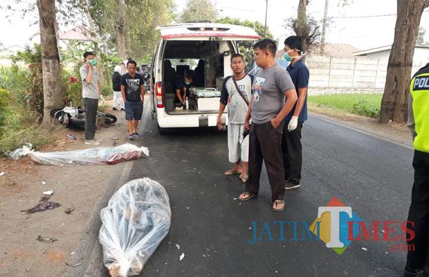Dua orang tewas dievakuasi oleh pihak laka Polres Tulungagung (Foto: Anang Basso/ TulungagungTIMES)