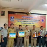 Tim dari BPBD Kota Malang saat menerima piagam penghargaan Kelurahan Tangguh Bencana se Jawa Timur 2018 untuk Kelurahan Bandungrejosari. (Foto: Humas Pemkot Malang for MalangTIMES)
