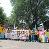Ketua BEM Universitas Darul Ulum Jombang, Imron, Saat Memimpin Massa Aksi Berunjuk Rasa Di Depan Kantor Yayasan Undar. (Foto : Adi Rosul / JombangTIMES)
