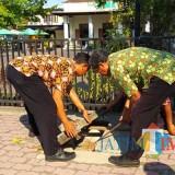 petugas dari DLH TUlungagung sat memeriksa saluran air, mencari sumber air berasap itu (foto : Day/tulungagungtimes)