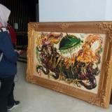 Pengunjung melihat lukisan karya Suyitno