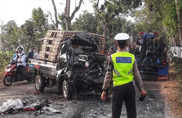 Sebuah mobil pikap pengangkut kandang ternak menabrak iring-iringan truk TNI dari Pindad yang mengangkut amunisi dari arah berlawanan. (Foto: Ist)