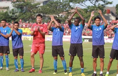 Milan Petrovic (kaos merah) saat mendampingi tim sebelum menghadapi PSM Makassar (instagram @aremafcofficial)