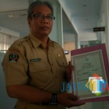 Kasi Perubahan Status dan Kematian Dispendukcapil Pemkab Blitar, M.Sholahudin menunjukkan dokumen akta kematian yang sudah jadi.(Foto : Aunur Rofiq/BlitarTIMES)