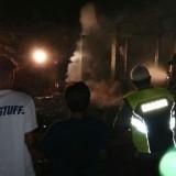 Warga bersama PMK, Polisi dan TNI memadamkan api dirumah milik  Suryanto.(Foto : Humas Polres Blitar)