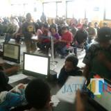 Pelayanan di Dispendukcapil Kabupaten Malang. Kepala Dispendukcapil mengimbau masyarakat untuk segera melakukan perekaman sebelum terkena pemblokiran dari pusat. (Nana)