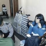 Bu Guru Tata Arlia saat Digerebek di rumah kontrakannya. / Foto : Dokpol / Tulungagung TIMES