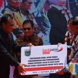 Penyerahan CSR dari Bank Jatim untuk Pemkot Batu. (Foto: Nurlayla Ratri/MalangTIMES)