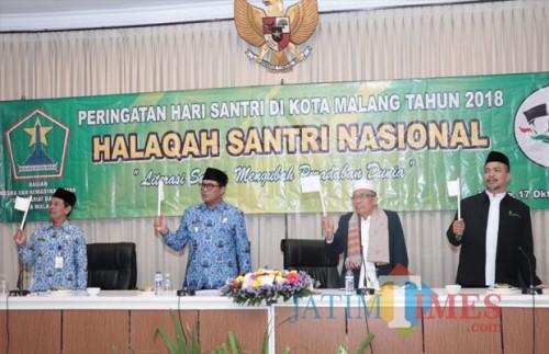 Wakil Wali Kota Malang, Sofyan Edi Jarwo (dua dari kiri) saat hadir dalam peringatan Hari Santri di Hotel Pelangi, Rabu (17/10/2018) (Humas Pemkot Malang for MalangTIMES).