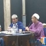 Gus Melvin Zainul Azikin yang akrab disebut Gus Iing,saat menjelaskan rangkaian acara peringatan Hari Santri. (Eko Arif S / JatimTIMES)