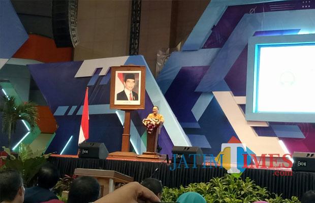 Ketua LIPI Dr. Laksana Tri Handoko, M.Sc saat berbicara dalam acara Dies Natalis UM di Graha Cakrawala (foto: Imarotul Izzah/Malang Times)