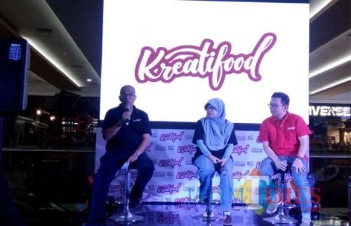 Kepala Subdirektorat Pasar Segmen Retail Bekraf, Muhammad Jufry (kiri) saat melakukan konferensi pers Kreatifood 2018 di Malang Town Square (Pipit Anggraeni/MalangTIMES).