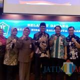 Wakil Wali Kota Malang Sofyan Edi Jarwoko (tengah, kenakan kacamata) didampingi OPD saat berfoto bersama dengan tim dari Kementerian PUPR. (Pipit Anggraeni/MalangTIMES).