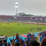 Suasana penuhnya Stadion Kanjuruhan, yang tidak akan dijumpai kembali oleh pemain Arema FC hingga akhir musim (foto: Hendra Saputra/ MalangTIMES)