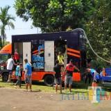 Warga antusias atas keberadaan bus toilet yang mobile milik DPKPCK Kabupaten Malang (DPKPCK for MalangTIMES)