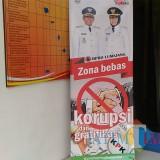 Banner anti Korupsi dan Gratifikai di kantor BPBD Lumajang (Foto : Moch. R.Abdul Fatah / Jatim TIMES)