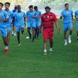 Kuncoro (kaus merah) saat memimpin pemain Arema FC berlatih. (instagram @aremafcofficial)