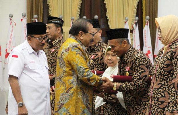 Gubernur Jatim Soekarwo saat memberikan penghargaan kepada para pendonor darah.