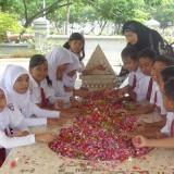 Para siswa SD yang melakukan ziarah ke makam WR Supratman.