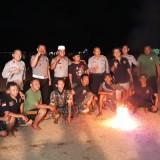 Foto bersama tim Polres Blitar dan tim Banser sebelum pertandingan sepak bola api.(Foto : Humas Polres Blitar)